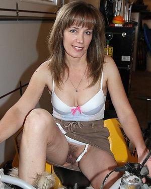 Horny Linda sexy mature milf pic