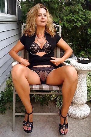 Sexy outdoor nude older women pics