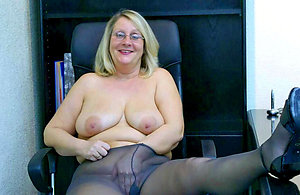 Inexperienced mature pussy in pantyhose