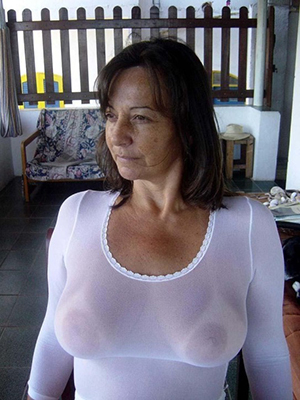Bombshells wife shows her tits pics