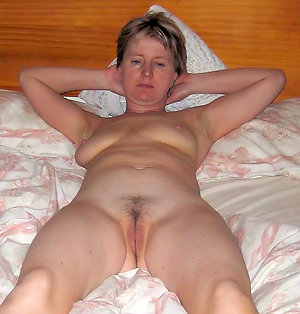 Perfect mature amature wife posing nude