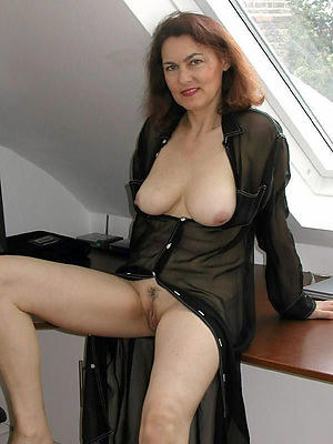 Grown-up brunette woman naked photos