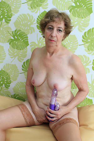 Xxx mature mom masturbates stark naked pictures