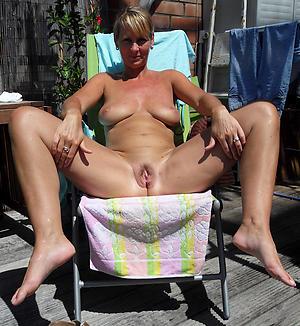 Naked mature saggy breast photos