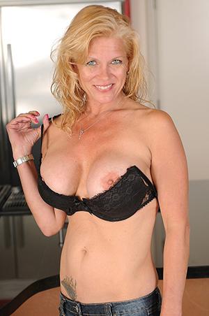 Horny busty mature milf porn pics