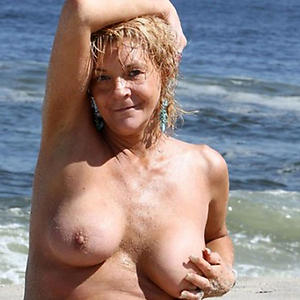 Amateur pics of sexy mature at the beach