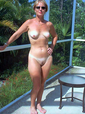Mature women posing nude pussy pics