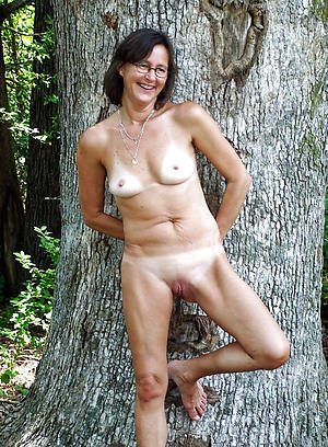 Naked mature in glasses porn pics