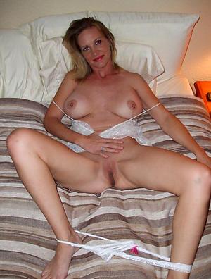 Slutty mature white lady nude photo