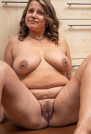 Hot porn of naked mature women solo