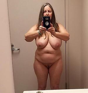 Gorgeous naked mature selfshot