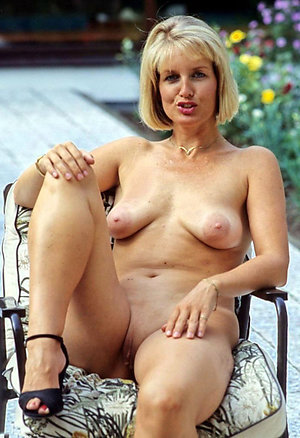 Real mature women spreading their legs pics